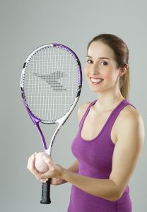vrouw met tennis racket en bal