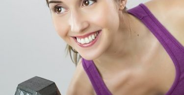 vrouw die gewicht oefeningen doet