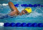 zwemmer in zwembad