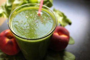 groene smoothie met spinazie en komkommers